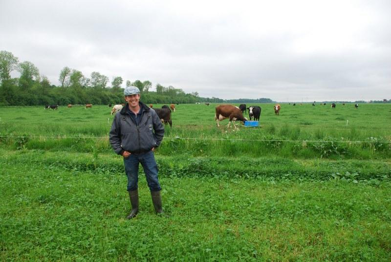 Veehouder en akkerbouwer John Verheye bij een perceel grasklaver met kruiden.